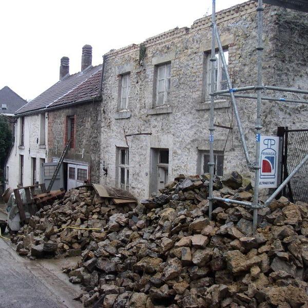 Restauration complète d'une ancienne maison de village au début du chantier