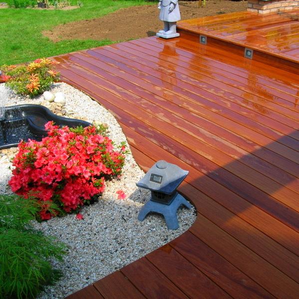 Terrasse en bois exotique à deux niveaux après chantier